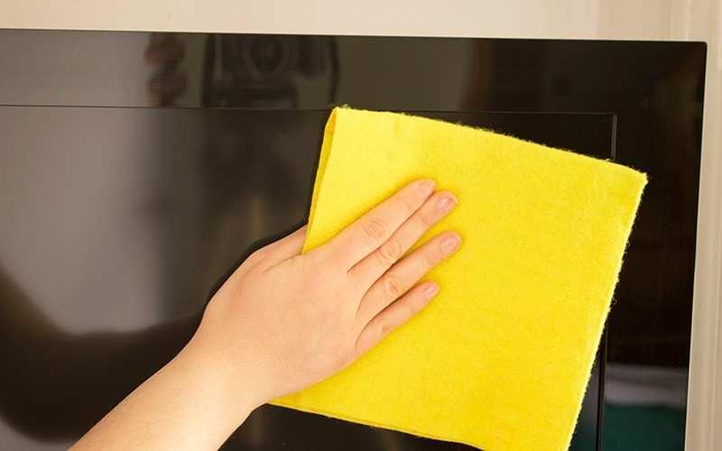 Cách vệ sinh kính bằng khăn khô