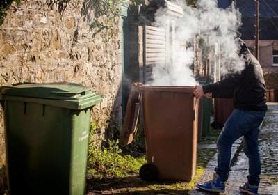 Mẹo khử mùi thùng rác