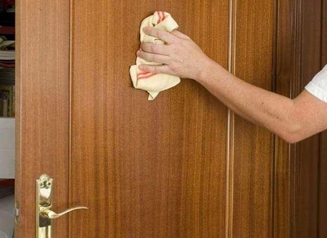 Mẹo loại bỏ sơn nước trên cửa gỗ