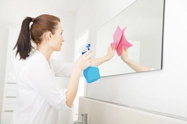 Mẹo vệ sinh kính trong nhà tắm